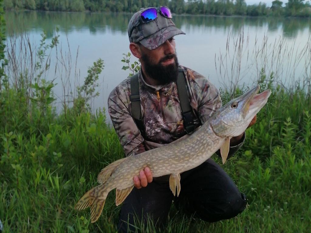 brochet pris lors d'une pêche rapide
